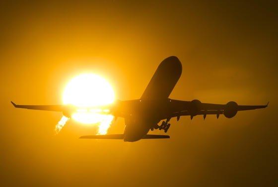 Flugzeugstart in den Sonnenuntergang: Boeing warnt Fluggesellschaften davor, im Frachtraum Lithium-Ionen-Akkus zu transportieren. Zumindest solange, bis sich Verpackungsstandards verbessern.
