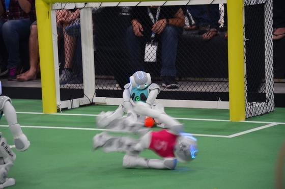 Die kleinen Roboterfußballer des Teams B-Human aus Bremen: Sie machten eine gute Figur, mussten sich aber dem Team UNSW aus Sydney mit 1:3 geschlagen geben.