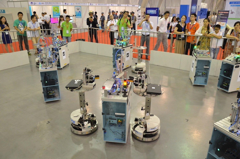 Team Carologistics holte sich in der Liga Logistik den Titel: In einer simulierten Fertigungshalle kümmerten sich die Roboter um den Warenfluss zwischen den Fertigungsmaschinen.