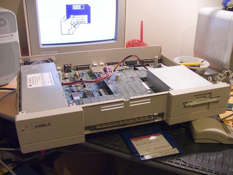 Aufgeschraubter Amiga 1000: Herzstück sind drei Custom-Chips namens Agnus, Denise und Paula.