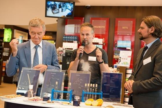 In der Stadt-Parfümerie Pieper stellen Duftforscher Prof. Hanns Hatt (links) und Parfümeur Geza Schön (Mitte) die einzelnen Komponenten von Knowledge by RUB vor. Rechts im Bild Dr. Oliver Pieper.
