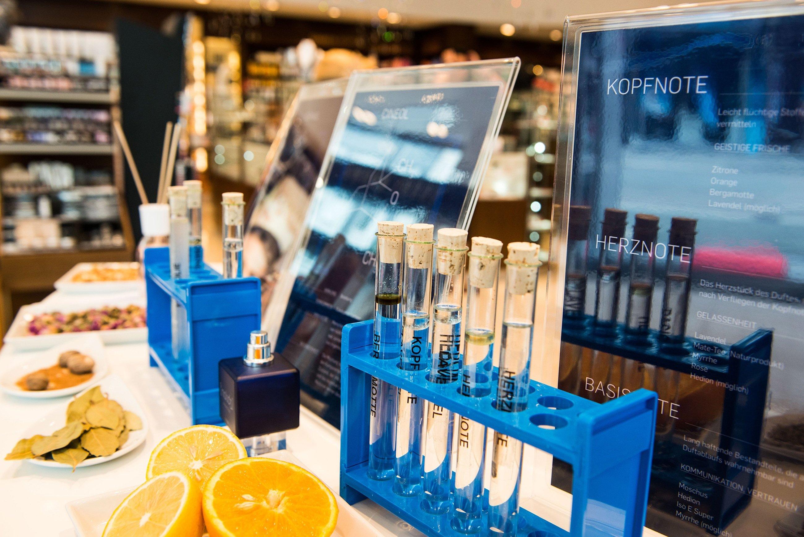 An der Erleb-Bar in der Stadt-Parfümerie Pieper können Interessierte mehr über die einzelnen Bestandteile von Knowledge by RUB erfahren.
