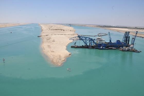 In nur elf Monaten hat Ägypten den Suezkanal um einen Parallelkanal erweitert: Künftig ist Gegenverkehr möglich. Der Kanal soll sich in elf statt 22 Stunden passieren lassen.