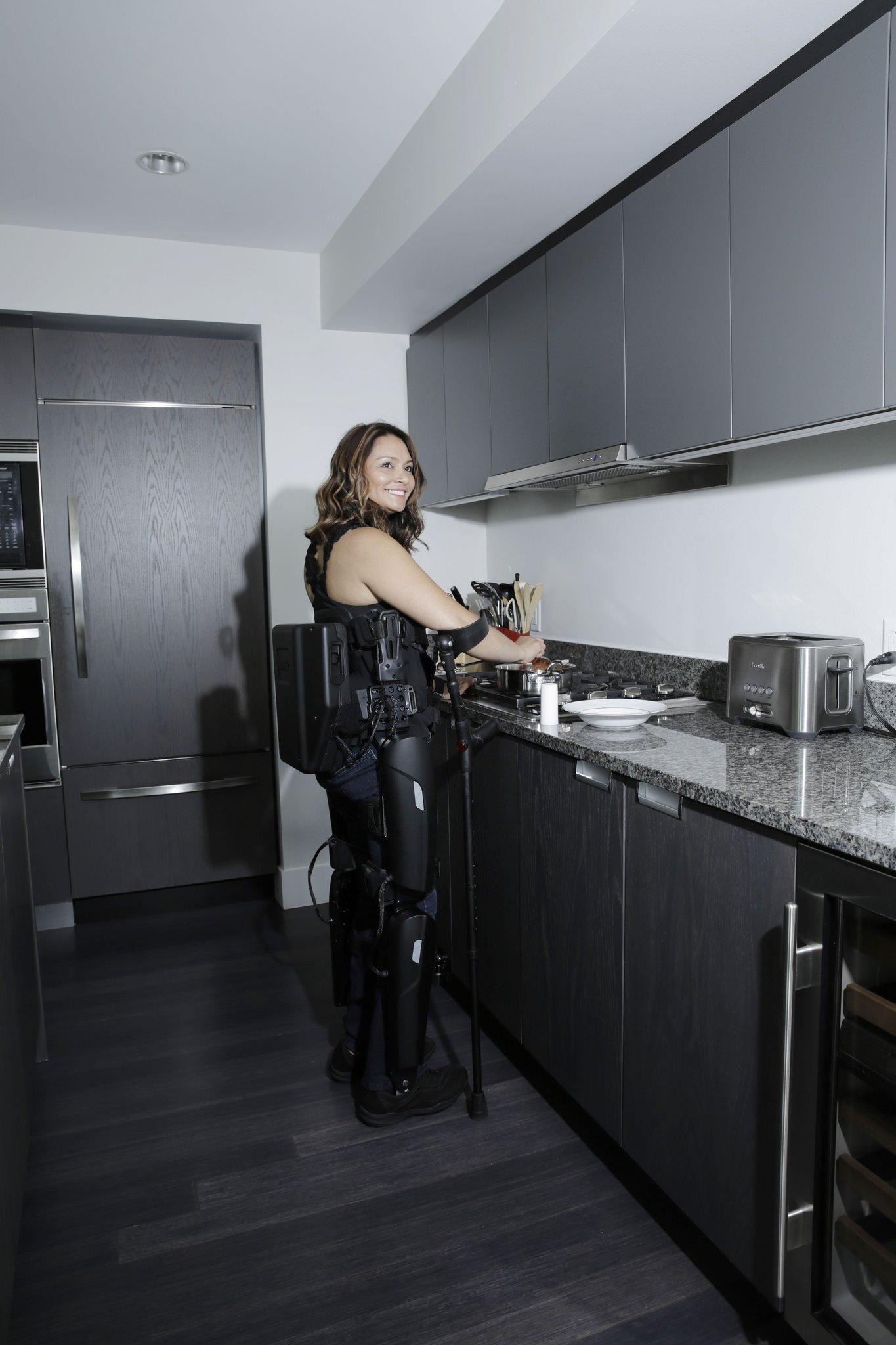 Mit einem medizinischen Exoskelett können Querschnittgelähmte stehend Arbeiten verrichten. Die Kücheneinrichtung muss dann nicht behindertengerecht umgebaut werden.