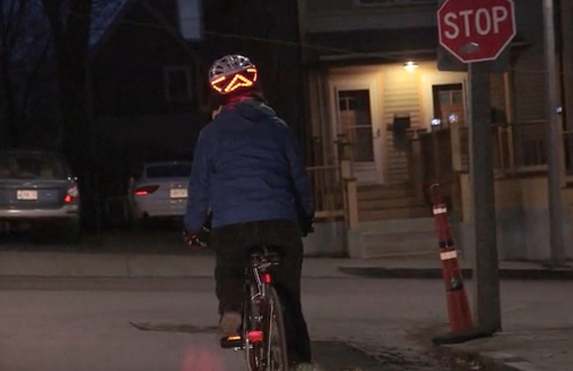 Der Lumos-Helm verfügt über ein hell aufleuchtendes Bremslicht, das aus dem drei eckigen Rücklicht und den beiden Blinkpfeilen gebildet wird.,