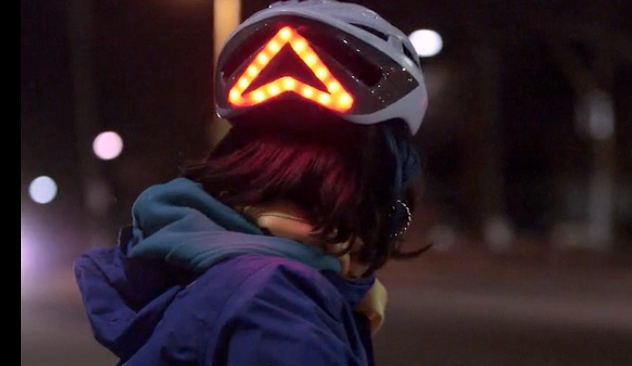 Das Dreieck am Lumos-Helm macht die Autofahrer zusätzlich auf den Radfahrer aufmerksam.