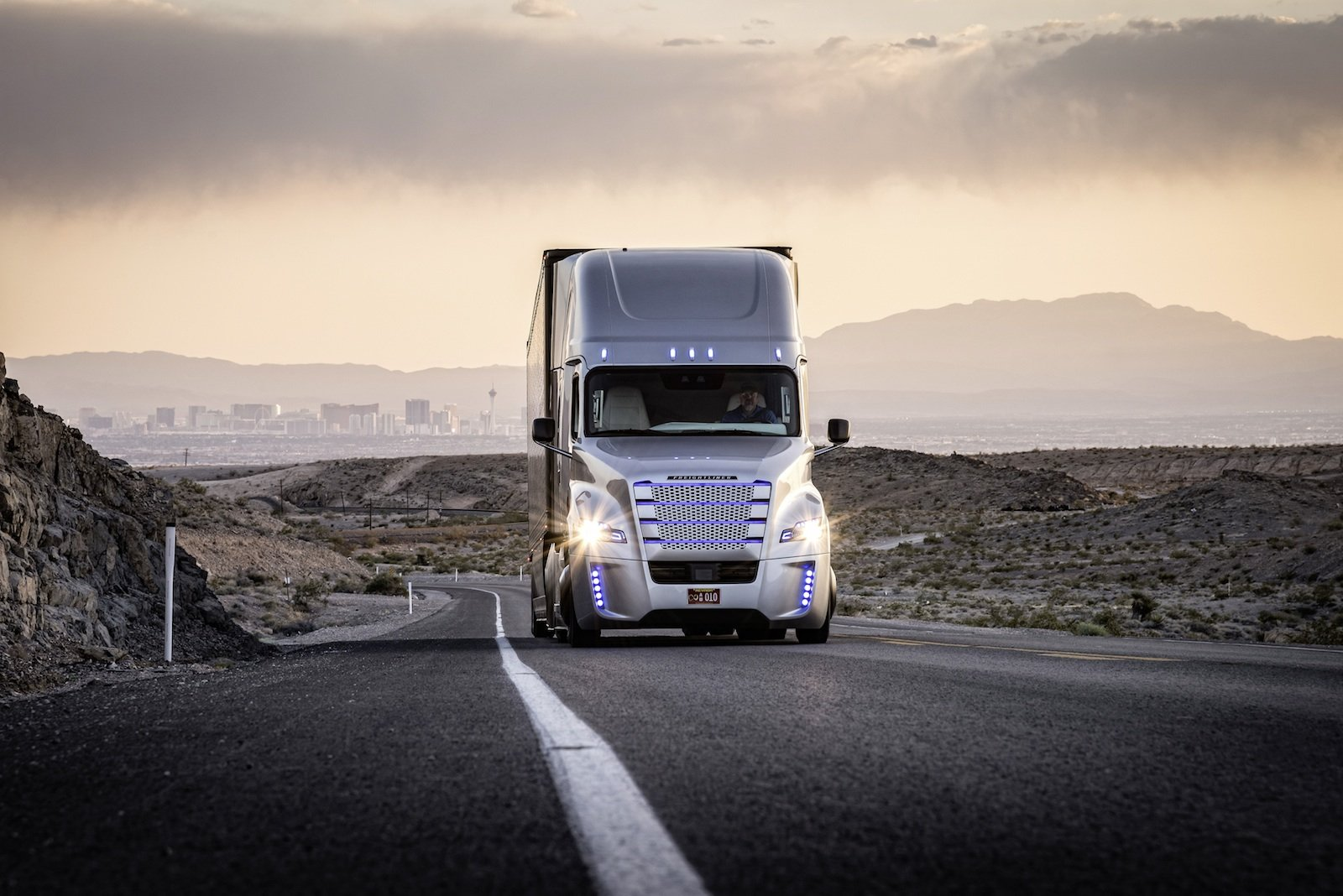 Der Freightliner Inspiration ist der ersteLastwagen mit Autopilot, der auf öffentlichen Straßen fahren darf. Im US-Staat Nevada sind zwei der Daimler-Trucks unterwegs.