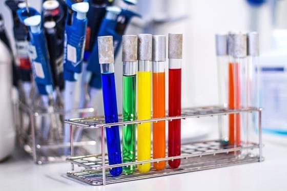 Die Trinkwasser-Schnelltests sollen mithilfe von Farbsignalen anzeigen, welche Substanzen in der Probe enthalten sind.