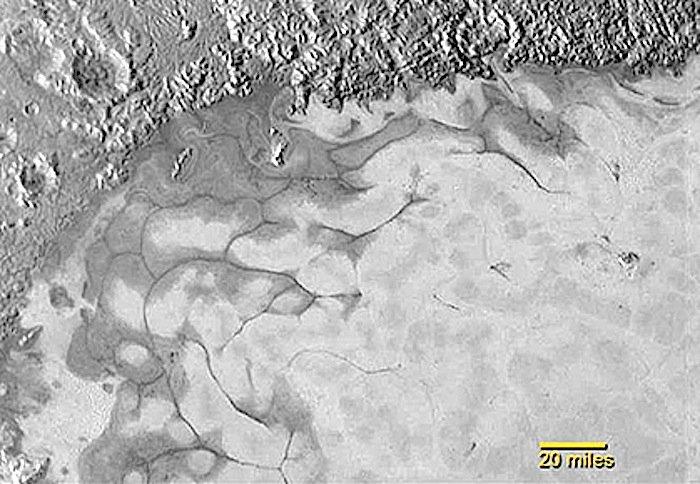 In der herzförmigen Tombaugh-Ebene haben die Forscher eine vergleichsweise junge Eisebene auf Pluto ausgemacht. Die Wissenschaftler glauben, dass dieses Eis auch heute noch fließt.