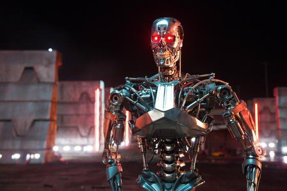 """Ein Series T-800-Kampfroboter im Kinofilm """"Terminator: Genisys"""": Jetzt haben sich 2000 führende Wissenschaftler weltweit gegen die Entwicklung autonomer Kampfroboter ausgesprochen."""