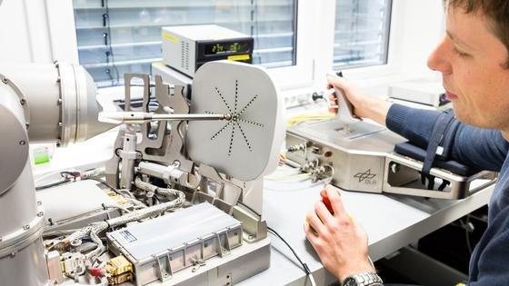 Der Joystick Kontur-2 soll in Zukunft von den Ingenieuren an Bord der Internationalen Raumstation ISS bedient werden. Mit ihm können Roboter im All ferngesteuert werden. Im August gibt es einen Testlauf mit dem Kosmonauten Oleg Kononenko, der den Roboterarm Rokviss im DLR-Zentrum in Oberpfaffenhofen aus dem All steuern wird.