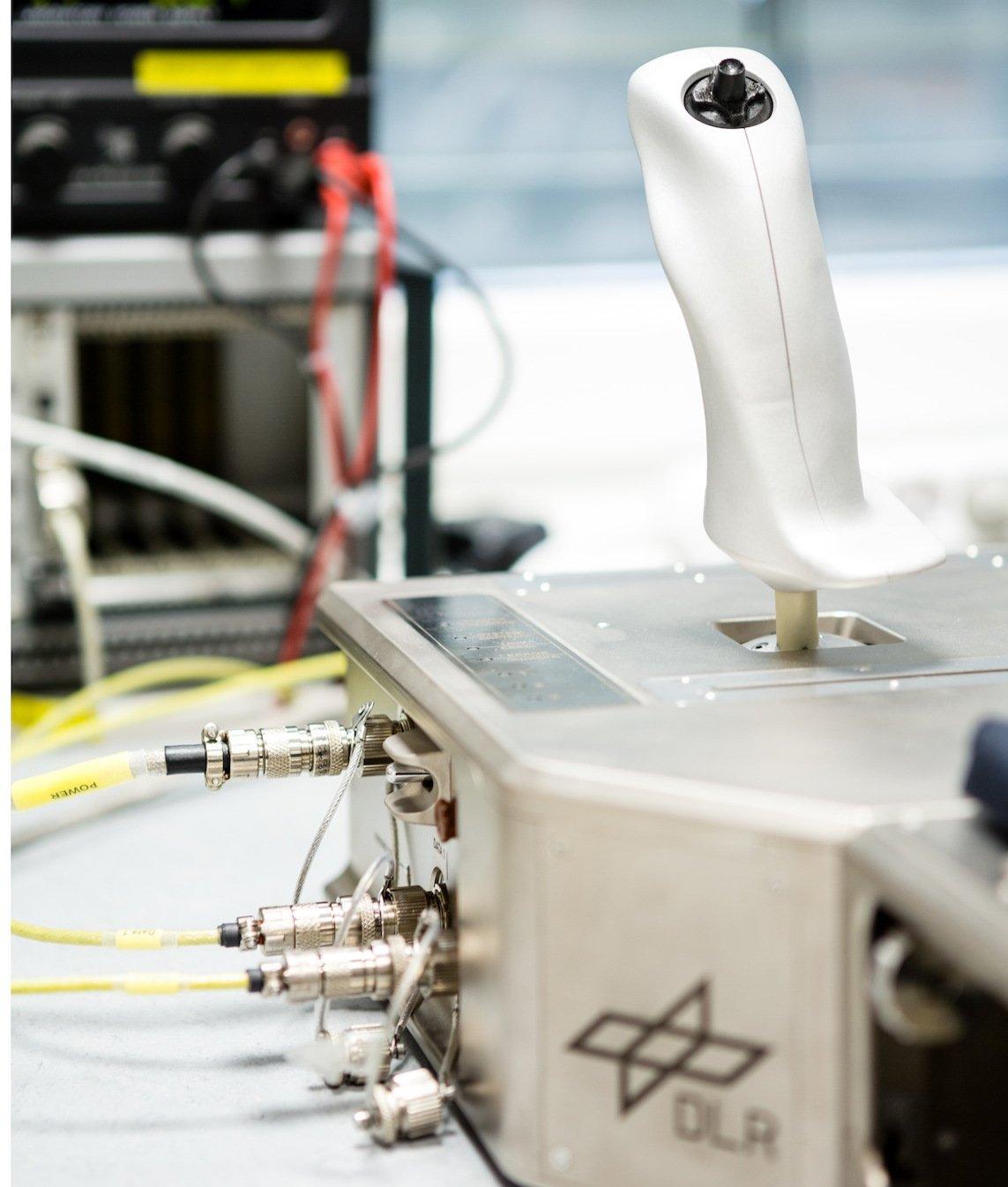 Mit dem Joystick Kontur-2 kann manden Roboterarm Roviss steuern, Dabei überträgt der Joystick auch Kontaktkräfte, die der Astronaut im Weltall ausübt und an den Roboterarm übertragen werden.