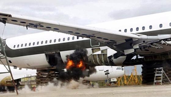 Das Testflugzeug: Während es die kontrollierte Bombenexplosion bei mit Fly-Bag präparierten Räumen gut überstand, gab es ohne den Schutz des neuen Materials erheblich größeren Schaden.