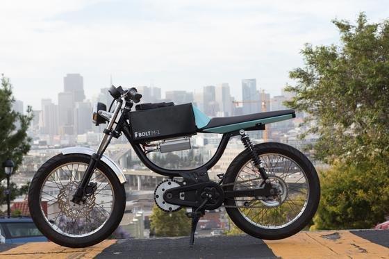 Das ElektrobikeBolt M-1 vor der Kulisse von San Francisco: Die Mischung aus Moped und Pedelec lässt sich rein elektrisch fahren oder als Pedelec mit Tretunterstützung.