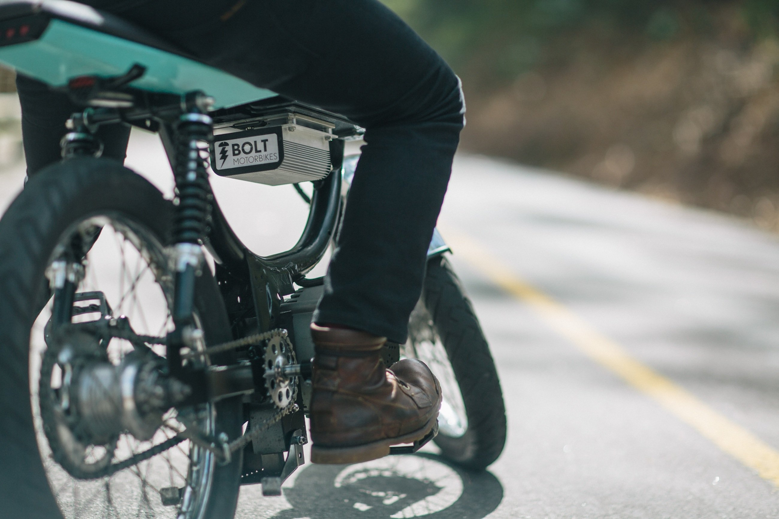 Das Bolt M-1 ist eine Mischung aus Pedelec und Moped. Es verfügt auch über Pedale und Kettenantrieb. Im Pedelec-Modus erreicht das Bike eine Geschwindigkeit von bis zu 32 km/h. In Deutschland zugelassen sind nur 25 km/h.