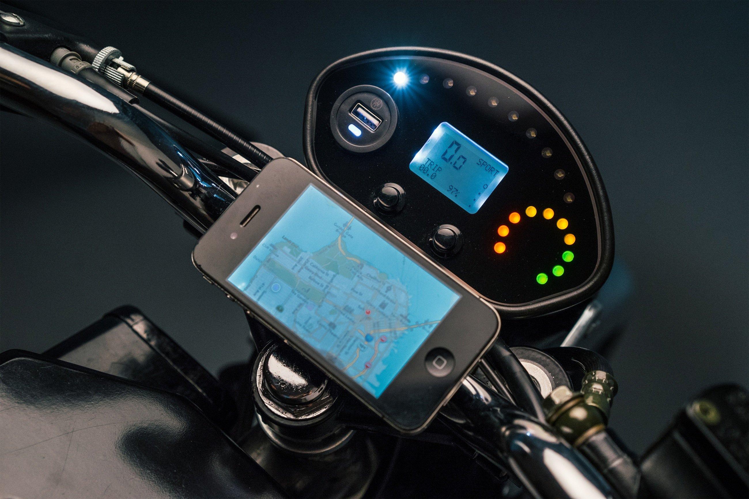 Der Bordcomputer ist mit einem Passwort geschützt und kannvia Bluetooth mit dem Smartphone verbunden werden, das etwa als Navi dienen kann.