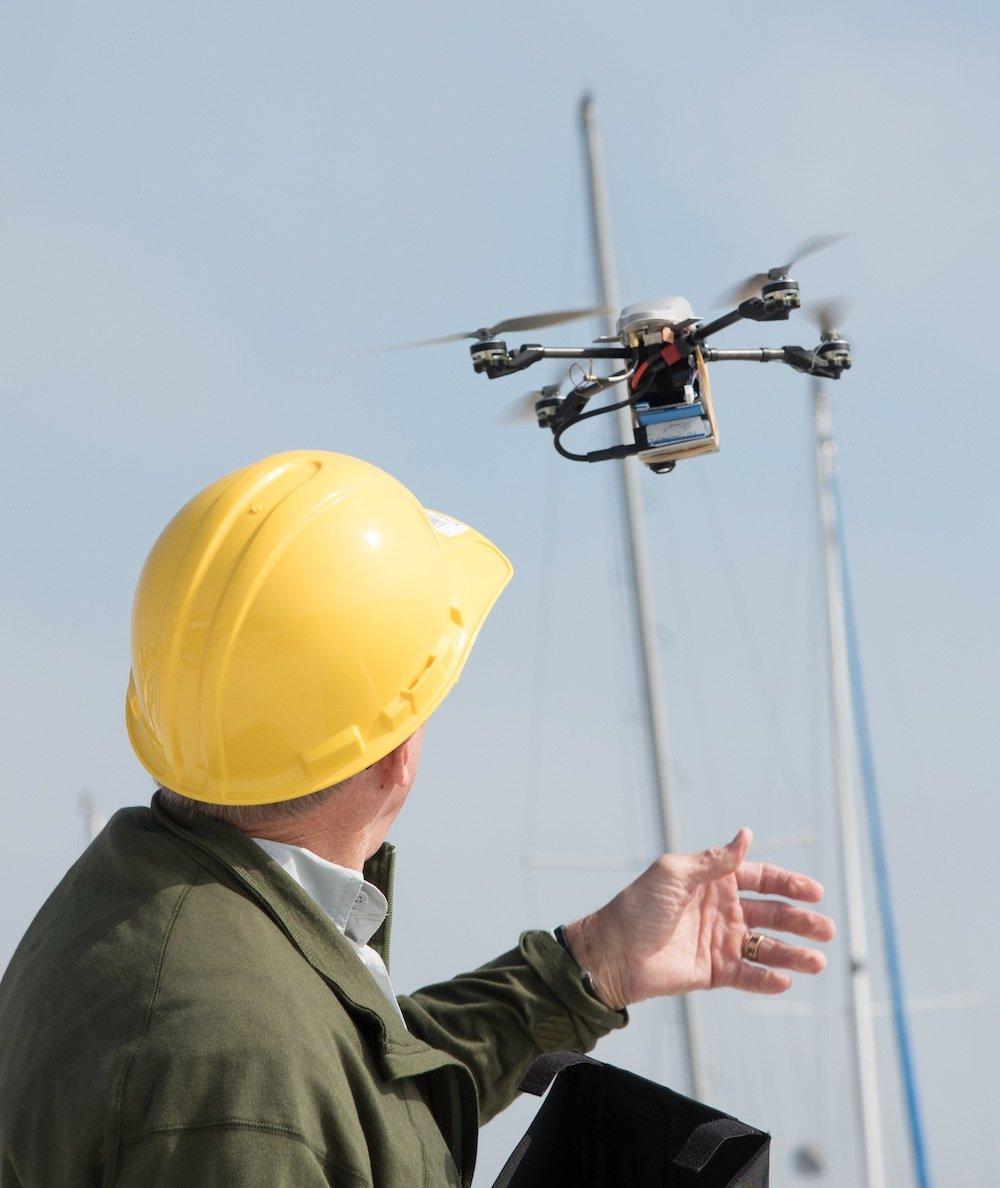Erst vor wenigen Monaten hat in den USA die Luftfahrtbehörde FAA eine Regel für kommerzielle Drohnen erlassen. Danach muss der Pilot, der die Drohne vom Boden aus steuert, das Flugobjekt jederzeit im Blick haben. Eine Paketlieferung per Drohne hat sich damit praktisch erledigt.
