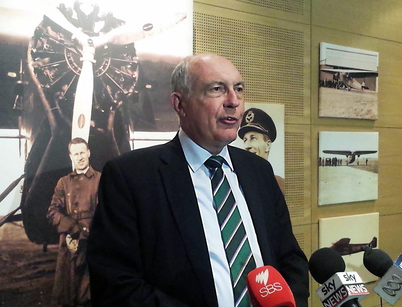 Australiens stellvertretender Ministerpräsident Warren Truss informierte die Presse auf dem Flughafen in Sydney über die gefundenen Wrackteile vor der Küste der französischen Insel La Reunion.