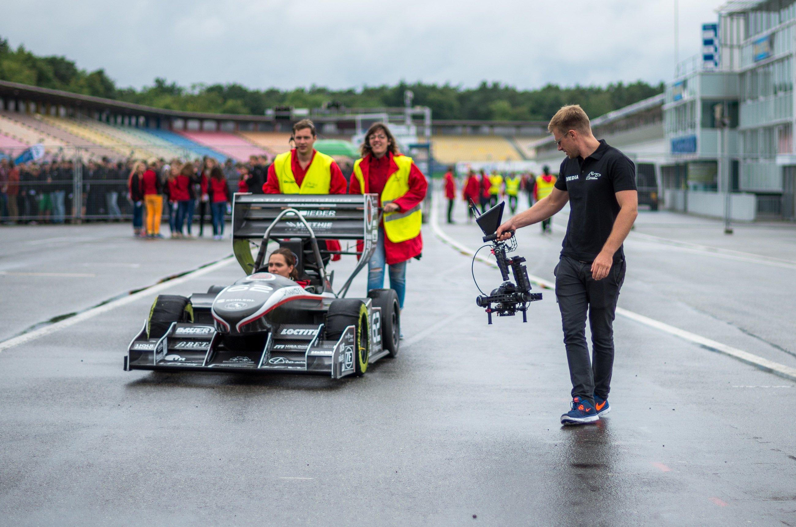 Die Teams bereiten sich auf die Rennen vor: Eine Jury bewertet unter anderem Beschleunigung und Kurvenverhalten der selbstgebauten Rennwagen.