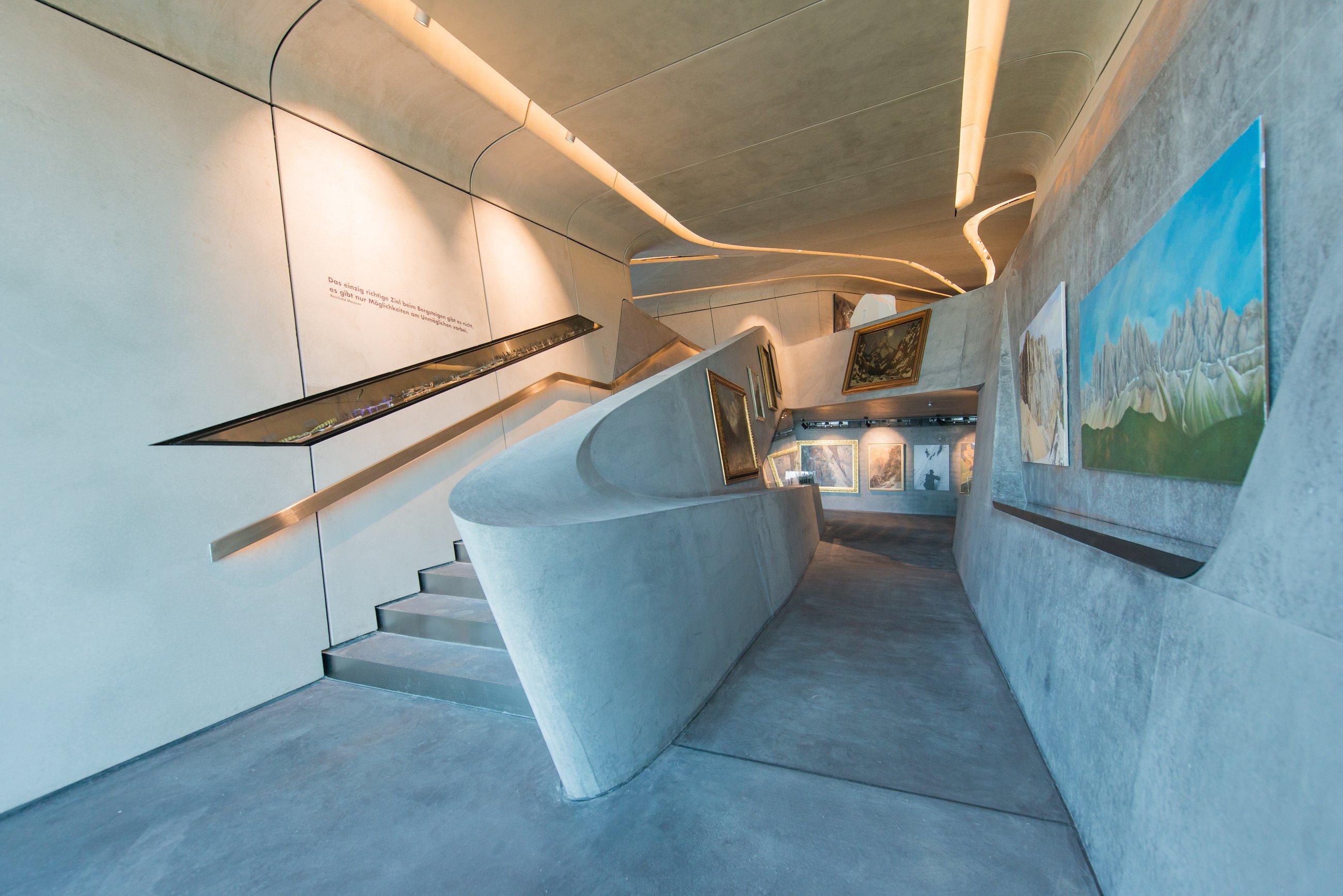 Im Inneren des Messner Mountain Museums: Besucher bestaunen hierBergsteigerreliquien, Kunstwerke und Illustrationen.