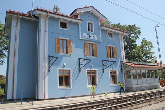Der Bahnhof in Uffing ist der erste Plus-Energie-Bahnhof Deutschlands:Das über 136 Jahre alte Gebäude ist jetzt Heimat der Kinder- und Jugendstiftung Plant-for-the-Planet. Sie hat das Ziel, bis zum Jahre 2020 eine Milliarde Bäume zu pflanzen.