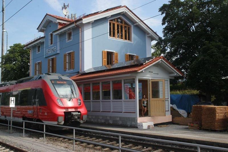 Der Bahnhof Uffing versorgt sich selbst mit Strom. Herzstück des Plus-Energie-Gebäudes ist eine17,75-kW-Photovoltaikanlage auf dem Dach.
