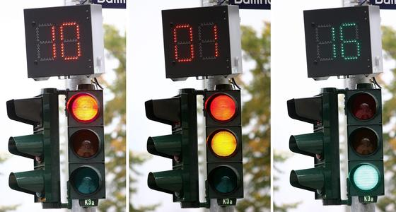 """In Hamburg wurde im Oktober 2006 die bundesweit erste """"Restzeitampel"""" für Autofahrer eingeschaltet. Auf einem Display neben der Ampel konnten die Autofahrer die verbleibenden Sekunden der Rot- oder Grünphase ablesen. Durchgesetzt hat sich die Restzeitampel hierzulande nicht. EnLighten bringt den Ampelcountdown ins Auto. Und BMW nutzt das System schon."""