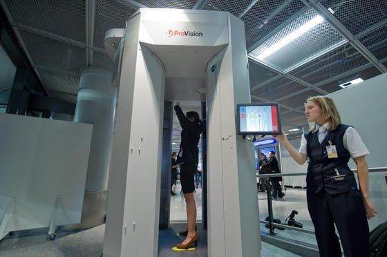 Körperscanner der Bundespolizei am Flughafen Frankfurt: Die Füße werden von den Scannern nicht erfasst. Die Schuhe müssen deshalb weiterhin individuell geprüft werden – was aber aus Zeitgründen nicht immer geschieht.