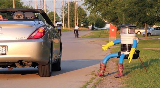 Aus und vorbei: Der trampende Roboter hitchBOT ist nicht mehr.Am Wochenende wurde er in Philadelphia von Unbekannten komplett zerstört.