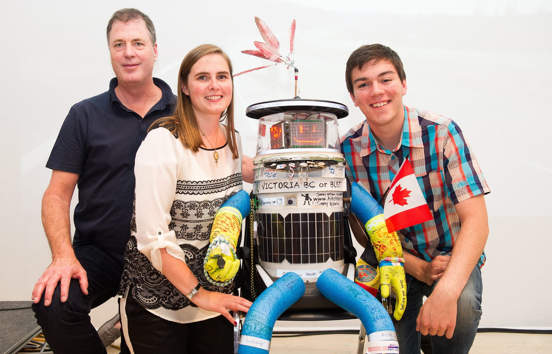Mitglieder des hitchBOT-Entwicklerteams posieren 2014 mit ihrem Roboter: Dr. David Harris Smith, Dr. Frauke Zeller und Colin Gagich (v.l.n.r.)