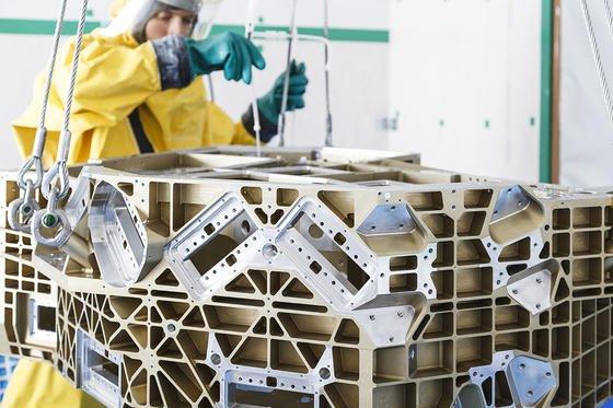 Vorreinigung eines Satellitenbauteils:Die Wissenschaftler präparieren in ihren Reinraumlaboren regelmäßig Instrumente für Weltraum-Missionen. Fraunhofer-Forscher in Stuttgart setzen dabei auf Kohlendioxid-Schnee<strong>.</strong>