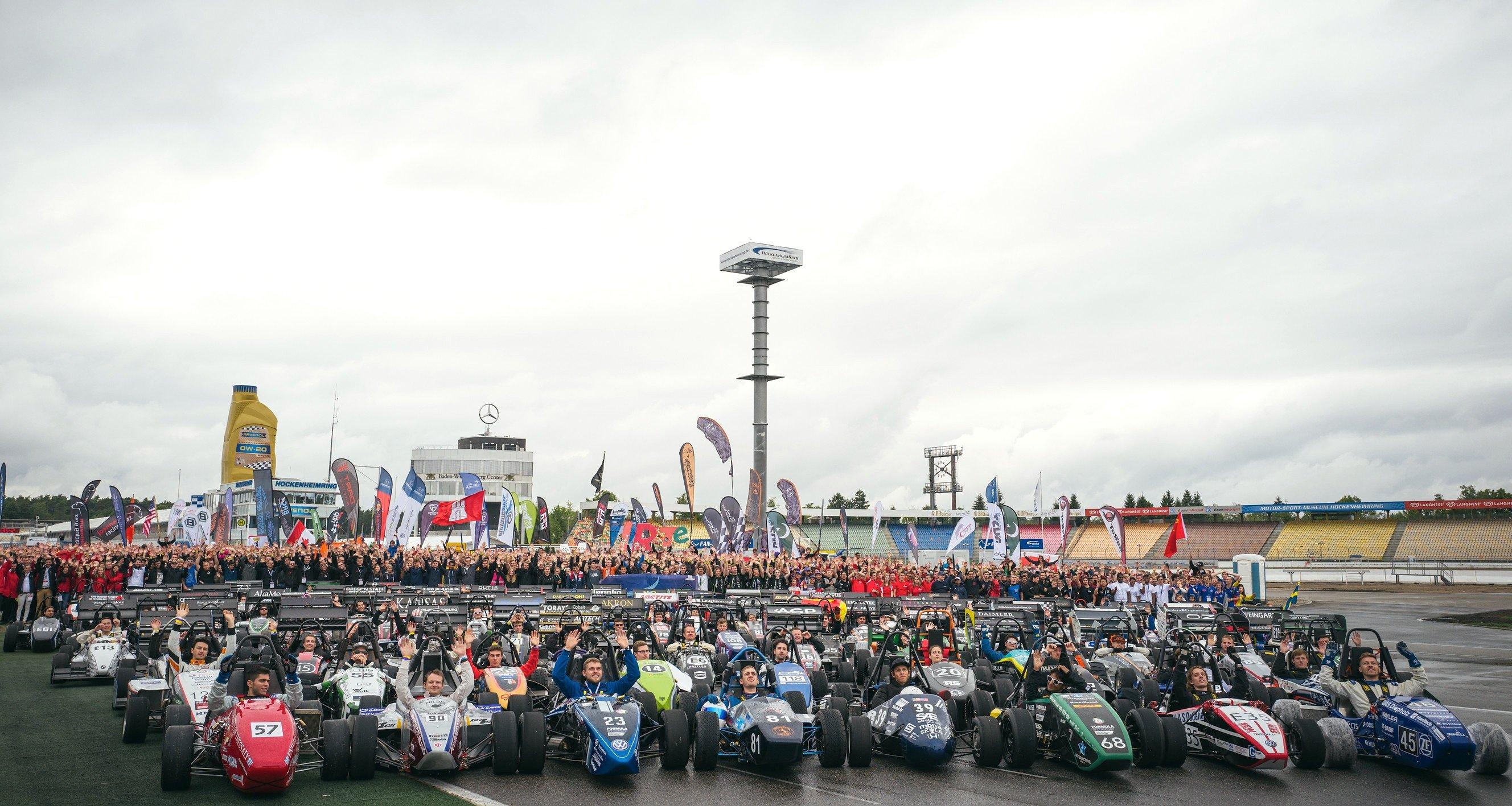 Alle 110 Teams der Formula Student Germany auf dem Hockenheimring: Wie in den vergangenen zwei Jahren siegte die DHBWRavensburg.