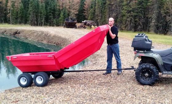 Aus dem Anhänger wird im Nu ein Boot: Der Deckel wird aufgeklappt und fest mit der Ladefläche verbunden. Fertig ist das Boot.