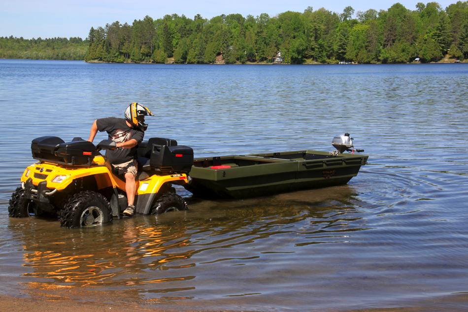 Nachdem die beiden Plastikwannen fest verbunden sind, wird der Anhänger einfach ins Wasser gerollt, das Boot schwimmt auf und löst sich vom Träger.
