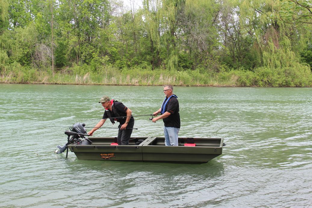 Der Anhänger Tetra-Pod umgebaut zu einem Boot: Zwei Personen haben in dem Boot Platz, das bis zu 347 kg im Wasser tragen kann.