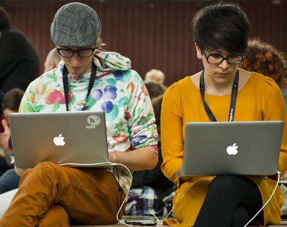 Mac-User halten die Computer oft für sicherer als PCs. IT-Forscher haben in einem Forschungsprojekt den Computerwurm Thunderstrike 2 entwickelt, der sich in die Firmware einnistet und kaum entdeckt werden kann. Hoffentlich verlässt dieser Wurm nicht die Forschungslabors.