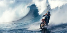 Stuntman surft mit Motorrad auf Riesenwelle vor Tahiti
