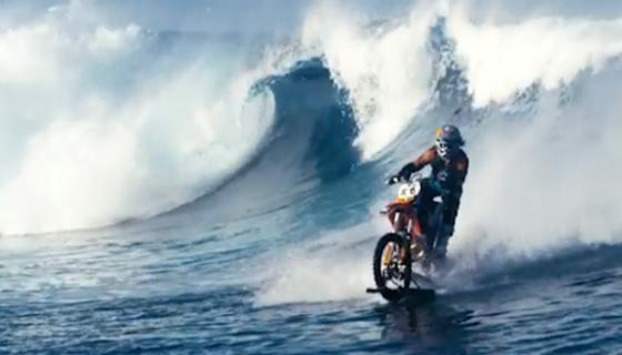 Robbie Maddison mit seinem umgebauten Motorrad beim Wellenritt vor der Küste Tahitis.