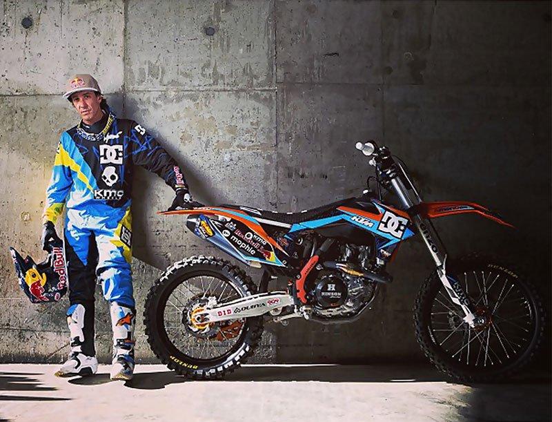 Stuntman Robbie Maddison und sein Dirt Bike mal in ungefährlicher Pose.