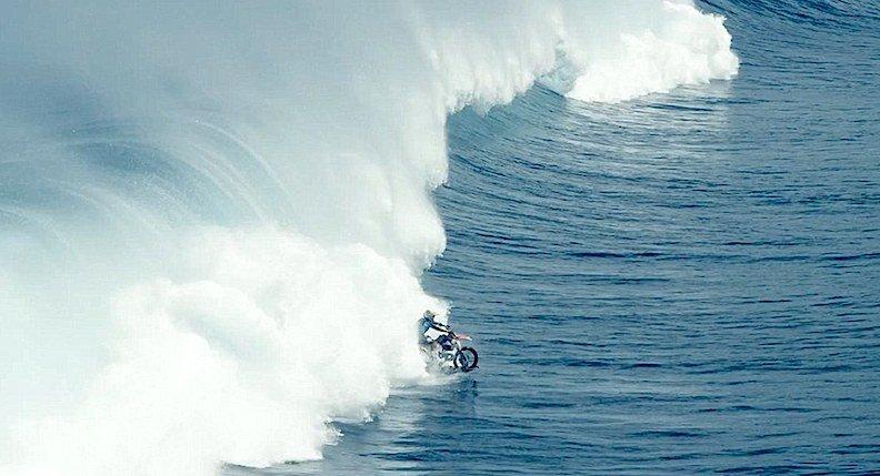 Maddisons größte Angst war es, beim spektakulären Wellenritt zu ertrinken. Und beinahe wäre er es auch.