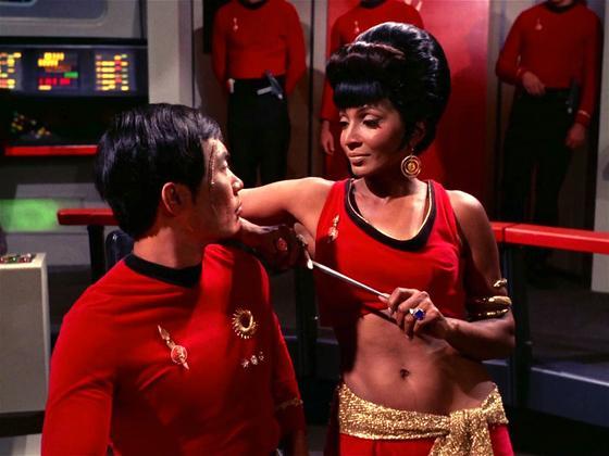Nichelle Nichols alsLieutenant Uhura mit Offizier Hikaru Sulu: Die Nasa und das Deutsche Zentrum für Luft- und Raumfahrt haben die Schauspielerin eingeladen,am 15. September 2015 mit einer umgebauten Boeing 747SP an den Rand des Weltraums zu fliegen.