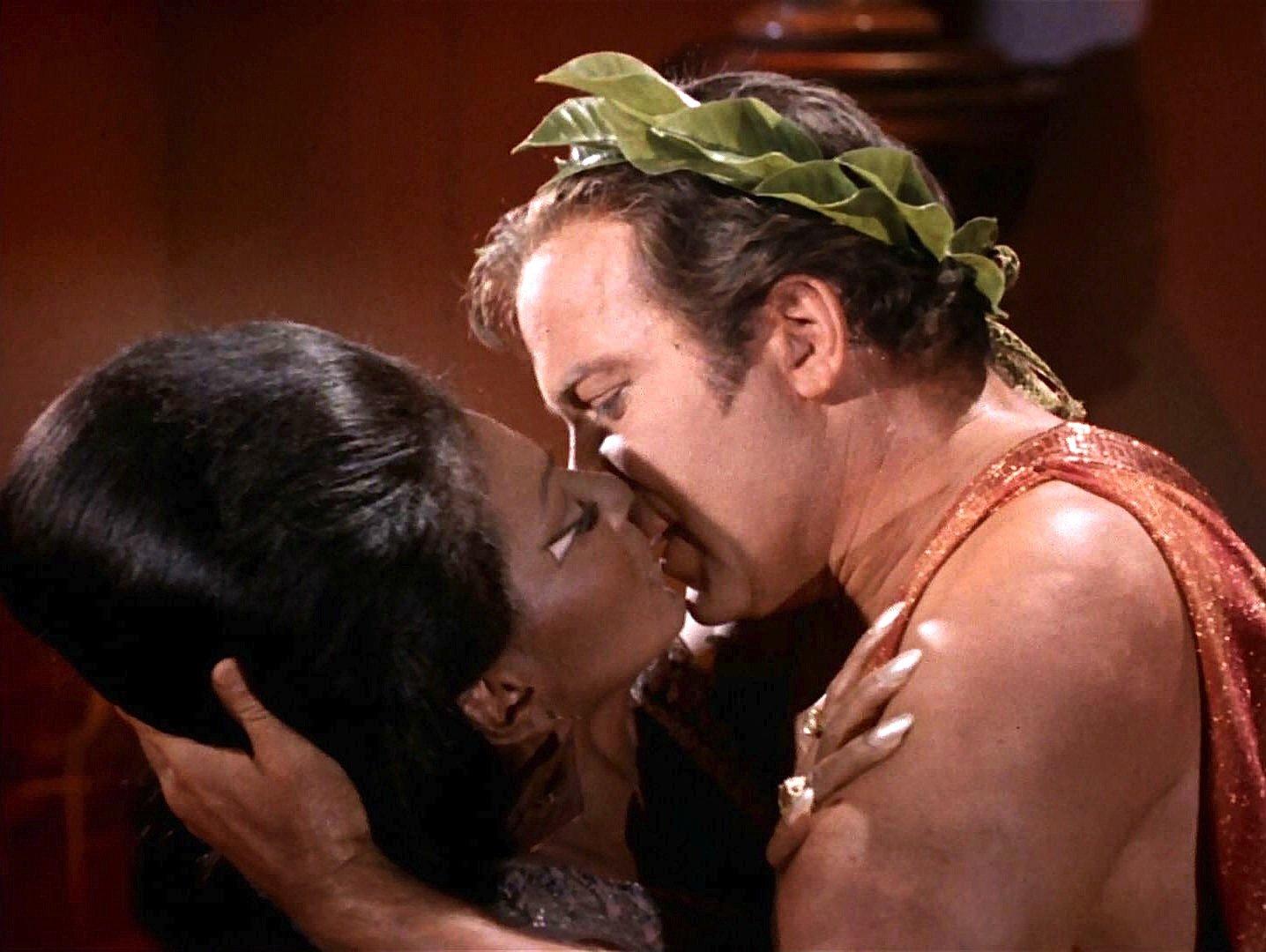 Ein Skandälchen im prüden Amerika in den 1960-er Jahre: Lieutenant Nyota Uhura küsst Captain James Tiberius Kirk in der Folge