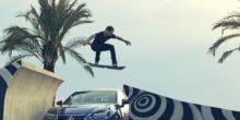 Skateboarder fliegt in Barcelona auf Hoverboard von Lexus