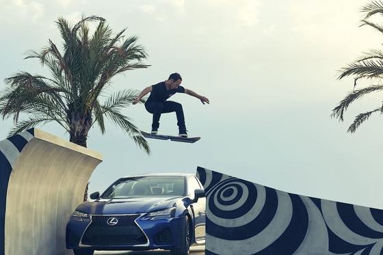 Ross McGouran in Barcelona: Der Profiskater springt mit dem Hoverboard über ein Auto.