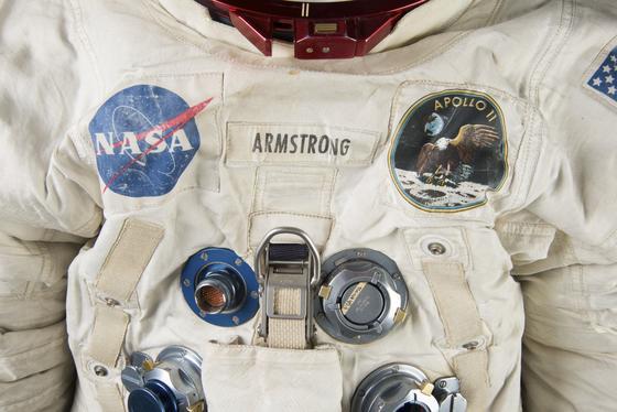 Brustbereich des Raumanzuges von Neil Armstrong, dem ersten Menschen auf dem Mond: Der Anzug ist so ramponiert, dass er nun aufwendig saniert werden muss.