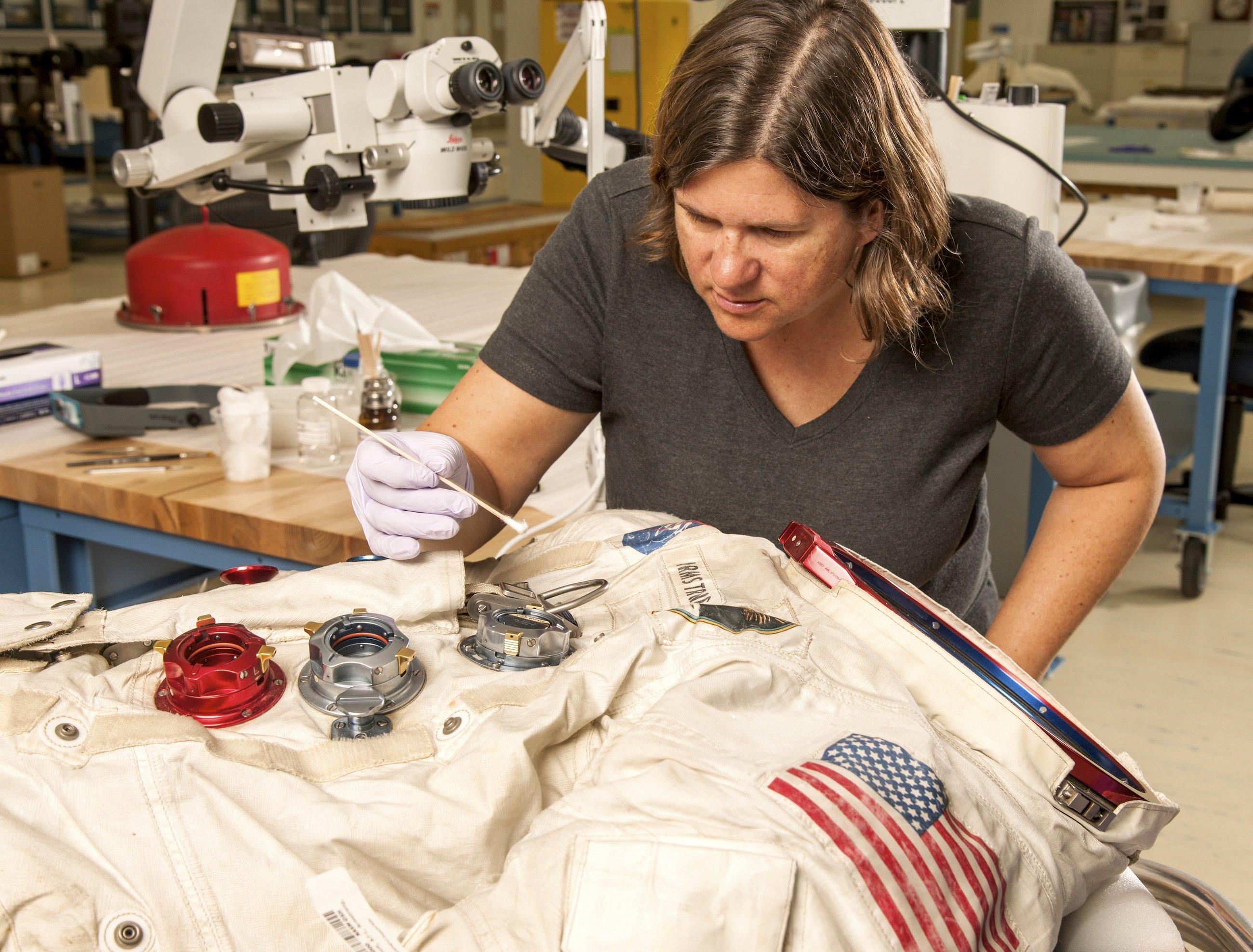 Sanierungsarbeit an Neil Armstrongs Raumanzug bei der Apollo-11-Mission: In vier Jahren soll der Anzug Herzstück einer großen Ausstellung über das 50. Jubiläum des ersten Menschen auf dem Mond sein.