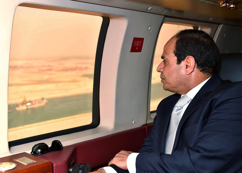 Al-Sisi überfliegt den modernisierten Suezkanal. Der ägyptische Staatspräsident hatte eine Rekordbauzeit von einem Jahr verlangt.