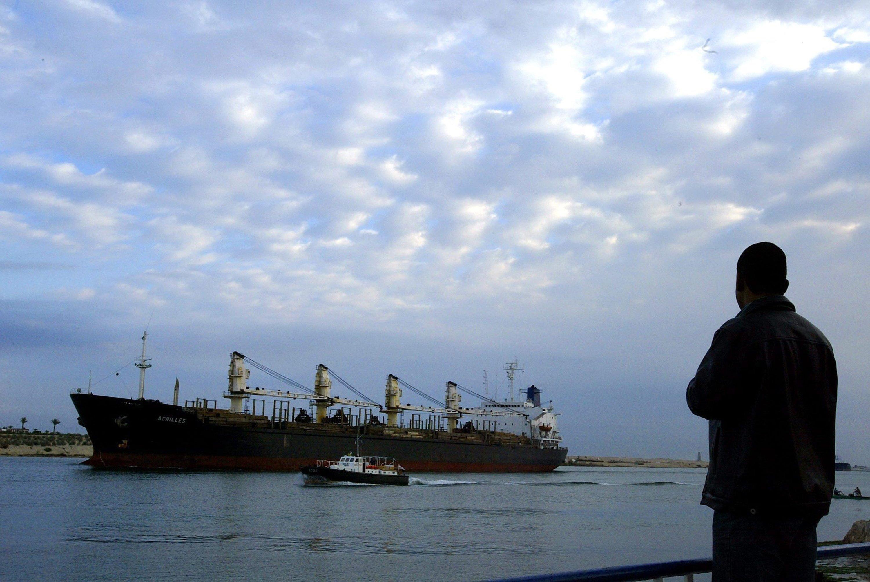 Der Suezkanal wurde modernisiert. Erstmals können jetzt Schiffe in beide Richtungen auf der Wasserstraße fahren. Das soll die Kapazität von heute 49 auf 97 Schiffe nahezu verdoppeln und Ägyptens Kasse klingeln lassen.