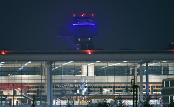 Hauptterminal des Hauptstadtflughafens BER mit Tower im Hintergrund: Wenn die Imtech-Mitarbeiter ihre Arbeit in Schönefeld einstellen, steht das Projekt vor weiteren, großen Problemen.