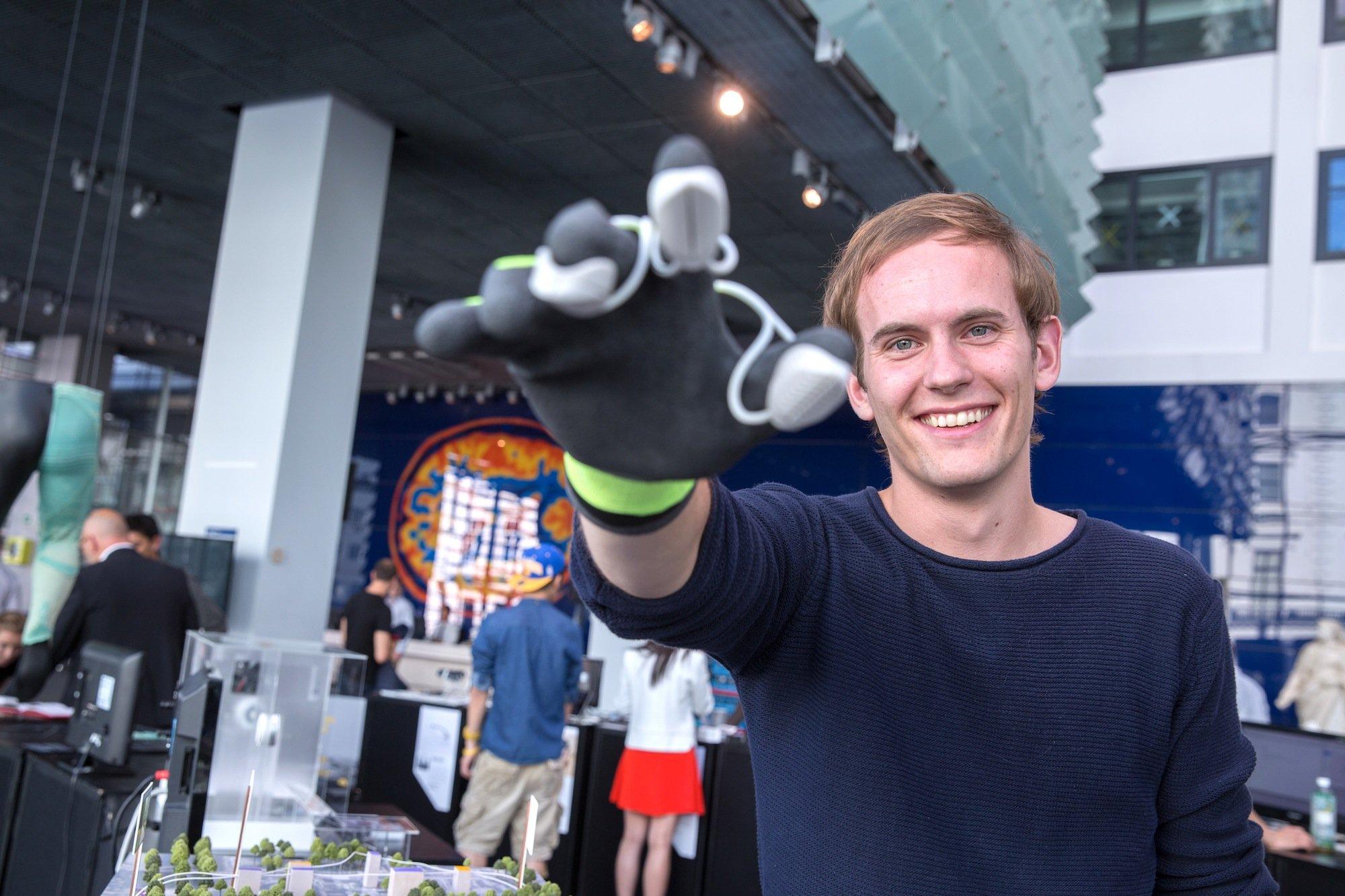 Morten Grønning, Student amRoyal College of Art in London, hat den Handschuh entwickelt, mit dem Künstler harte Materialen schleifen und bearbeiten können.